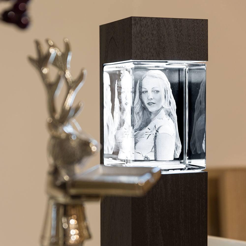 beleuchteter Leuchtsockel aus Holz für Giga Viamant im Hochformat