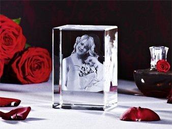 Mutter und Tochter mit Rosen als 3D Glaswürfel im Viamant Glas