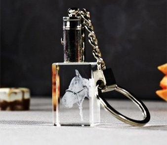 Beleuchteter Schlüsselanhänger mit eingelasertem Foto eines Pferds