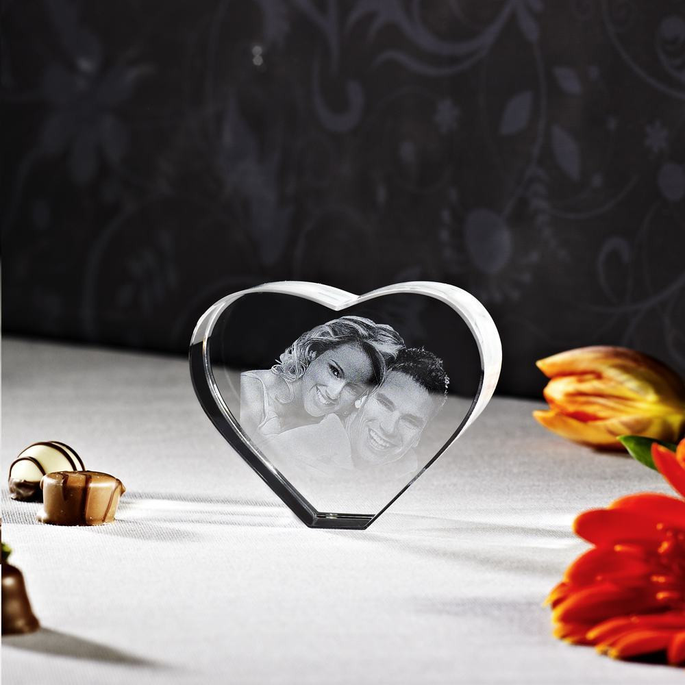 Verliebtes Paar als Glasfoto im Herzformat