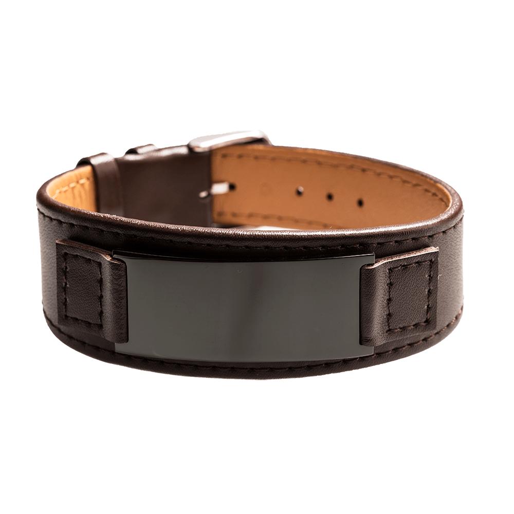Leder-Armband mit schwarzer Gravurplatte für eine persönliche Gravur, braun