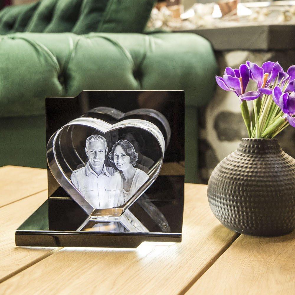 Der Opera Sonata mit passenden Herz aus Viamant Glas sieht auf jedem Regal oder Sideboard schick aus