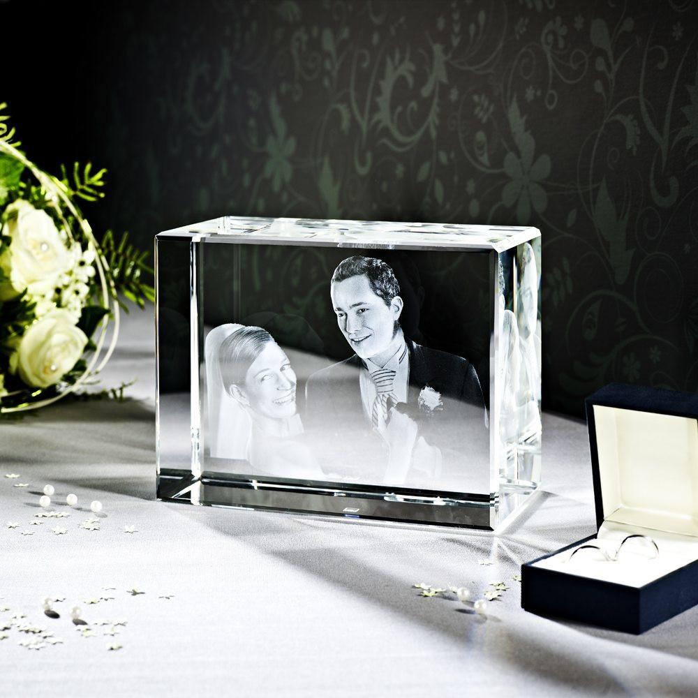 der größte Glasquader ist ideal als Hochzeitsgeschenk geeignet