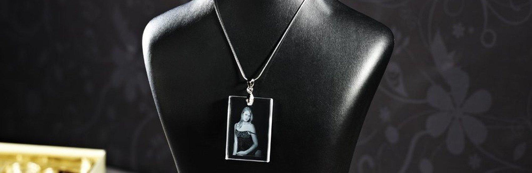 Lassen Sie uns Ihr Foto einzigartig in einen Schlüsselanhänger modellieren.